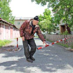 В Нязепетровске во дворе дома установили шлагбаум