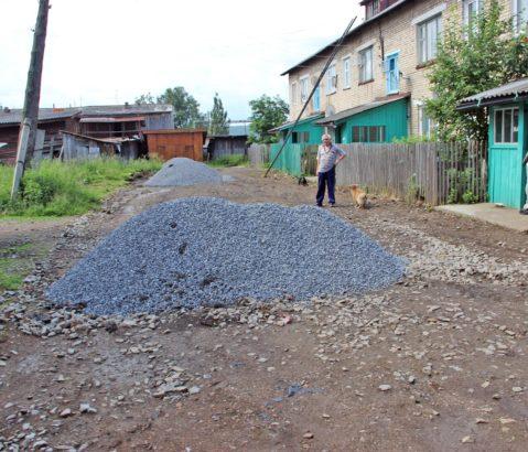В ж/д микрорайоне Нязепетровска асфальт ждали три года