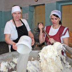 Т. Рожкова и А. Золотова, работники пекарни с. Шемаха Нязепетровского района