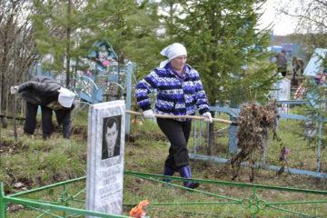 Cубботники по очистке от мусора и поваленных деревьев в деревне Нестерова