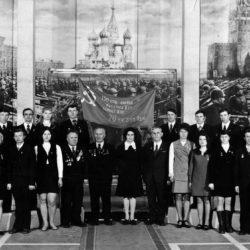 Жители Нязепетровска у Знамени Победы