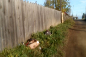 В Нязепетровске мусор сложили под забором