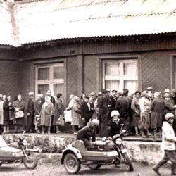 Очередь за хлебом в Нязепетровске в начале 1990-х