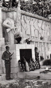 Школьники у мемориала в Нязепетровске