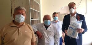 Голиков вручил нязепетровским медикам костюмы