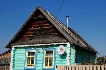 Старый дом с новой краской в деревне Чкалово