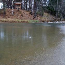 На водоемах в Нязепетровске лед еще очень тонок