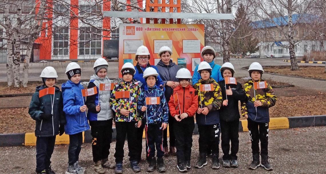 Школьники на экскурсии в ЛМЗ